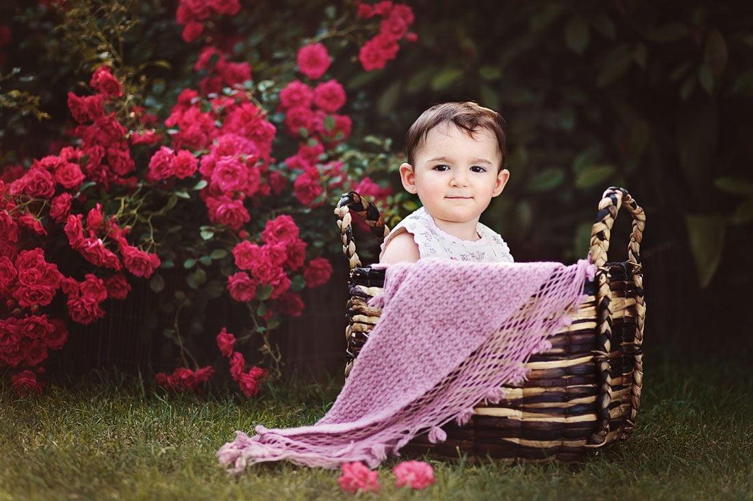 La bambina e le rose - fotografa di bambini a Verona