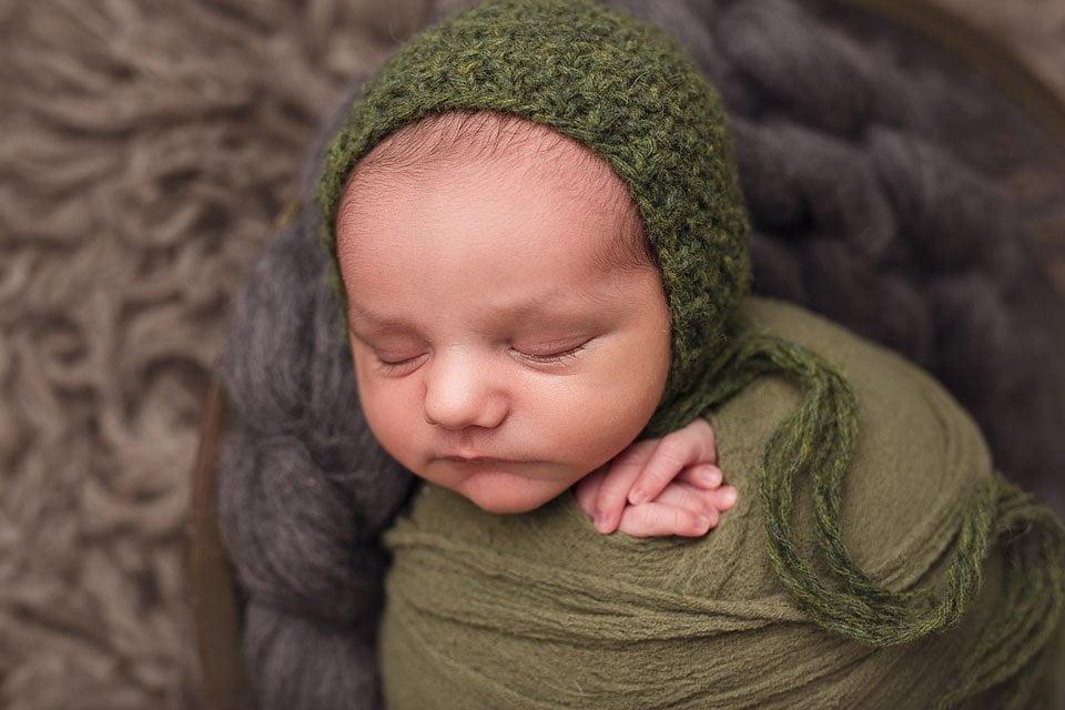 Fotografa neonati a Caldiero - neonato fascia verde