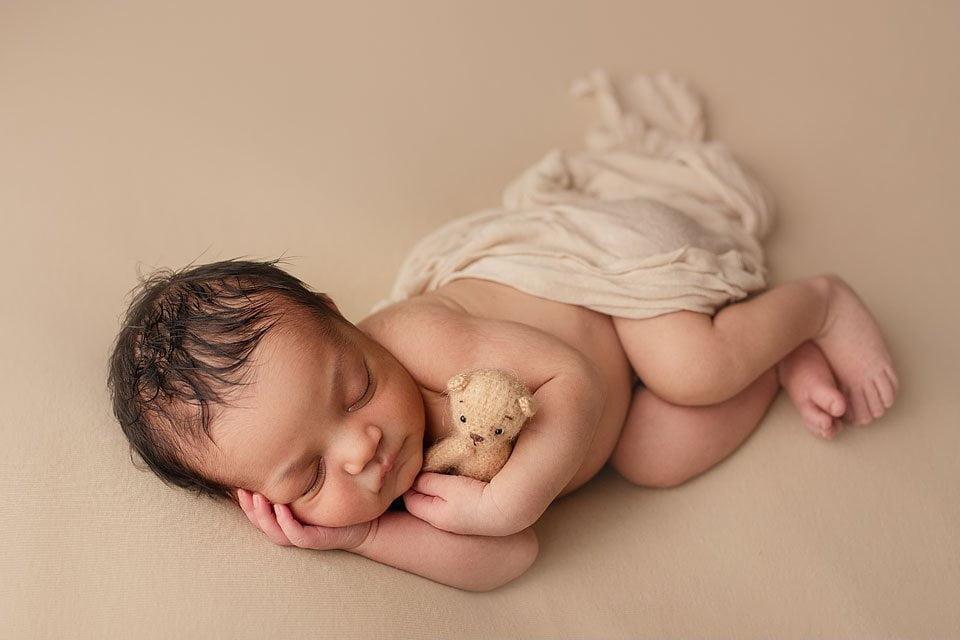 fotografa neonati - neonato in copertina crema e orsetto