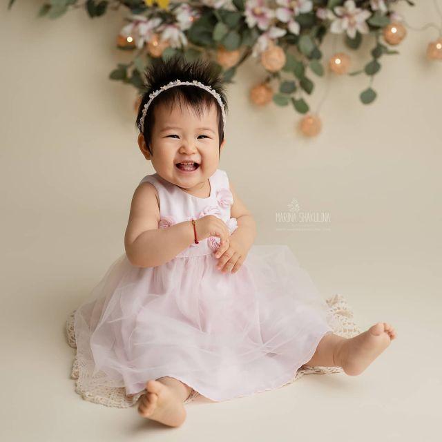 Ecco Chloe che è tornata da me per festeggiare il suo primo compleanno!🎉 Anche se nella prima parte della sessione, come potete vedere, si è divertita tantissimo,  quando è entrata in scena la torta tutto il suo entusiasmo è svanito in un attimo, e pure il bagnetto non ha sortito alcun effetto benefico. Il bello e il difficile del mio lavoro: ogni bimbo è diverso e stupendo a modo suo! ❤️  www.marinashakulina.com  Fotografa di neonati, gravidanza e bambini  #marinashakulinaphotography #fotografobambini #cakesmash #paroladimamma  #instamamme #womoms  #primocompleanno #notyetayearling #smashcake #fotografoverona #inspiredbycolour #ig_italia #inspired_by_colour #eosr6 #dolceattesa  #clickinmoms #the_sugar_jar #dearphotographer #babyphotography #canonr6 #babylovemagazine #cameramama #cpcfeature