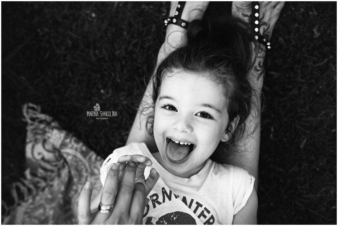 bimba che ride, bianco e nero